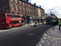 GÖRGÜ TANIĞI - Londra'da Yolcu Otobüsü Mağazaya Girdi