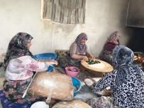 GÖZLEME - Hisarcıklı Kadınlar Hamur İşlerini İmece Usulü Yapıyor