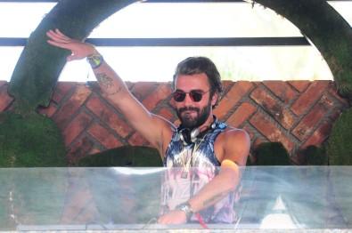 Kemal Doğulu, DJ kabininden ayrılamıyor