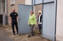 ÖZGÜRLÜK - Merkel'den Eski Stasi Hapishanesine Ziyaret