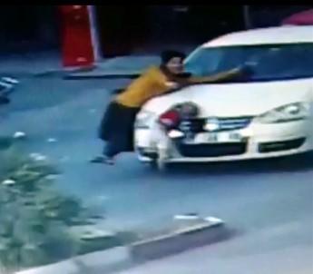 Oğlunu otomobilin altında kalmaktan kurtaramadı