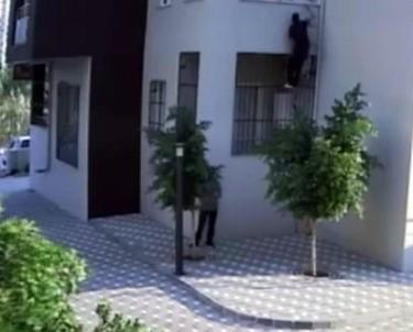'Örümcek Adam' gibi tırmanarak 8 eve girdi