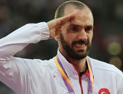 Ramil Guliyev altın madalyasını törenle aldı