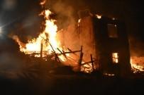 KUZÖREN - Kızılcahamam'da İki Katlı Bina Alevlere Teslim Oldu