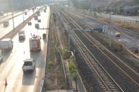TREN SEFERLERİ - Sondaj Makinesi Tren Yoluna Devrildi, Tüm Seferler Durdu