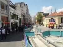 TAKSIM - İstanbul'da Sıcak Hava Bunalttı, Vatandaşlar Serinlemek İçin Farklı Yollara Başvurdu