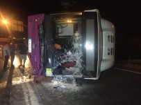 HALK OTOBÜSÜ - İstanbul'da Virajı Alamayan Otobüs Yola Savruldu