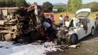 AHMET YıLMAZ - Kamyonetle Otomobil Çarpıştı Açıklaması 1 Ölü, 9 Yaralı