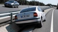 Kontrolden Çıkan Otomobil Refüjdeki Korkuluklara Çarparak Durdu