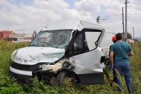 BURSA BÜYÜKŞEHİR BELEDİYESİ - Tarlaya Uçan Minibüste Sıkıştı