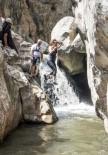 Zinav Kanyonu'nda Şelaleden Atlamak İçin Birbirleriyle Yarıştılar