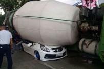 BETON MİKSERİ - Filipinler'de Beton Mikseri Otomobilin Üzerine Devrildi