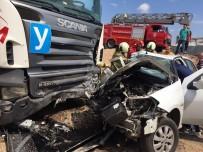 Kontrolden Çıkan Otomobil Duran Tıra Çarptı Açıklaması 4 Yaralı