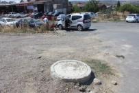 TİCARİ ARAÇ - Beş Dakikada 2 Araç Rögar Kapağına Çarptı