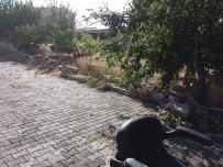 TOPRAK KAYMASI - Sağanak Yağış Mucur'da Bahçe Duvarını Yıktı