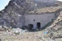 HAYVAN BARINAĞI - 436 Yıllık Tarihi Timur Paşa Tabyası Ahır Olarak Kullanılıyor