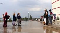 YAĞAN - Sağanak Sonrası Hastane Bahçesini Su Bastı