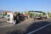 DUMLUPıNAR ÜNIVERSITESI - İşçi Minibüsü Devrildi Açıklaması 8 Yaralı