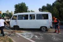 DUMLUPıNAR ÜNIVERSITESI - Kütahya'da İşçileri Taşıyan Minibüs Devrildi Açıklaması 8 Yaralı