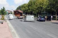 KAYACıK - Kulübe Yüklü Vincin Devirdiği Tabela Direği Faciaya Yol Açıyordu