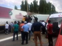HÜSEYIN YıLDıZ - Hafriyat Yüklü Kamyon Tıra Çarptı Açıklaması 1 Ölü