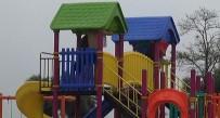 METEOROLOJI - Denize Girerken Yağmura Yakalanan Vatandaşlar Çocuk Parkına Sığındı