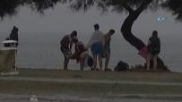 YILDIRIM ÇARPMASI - Kimisi Yağmura Denizde Yakalandı Açıklaması Kimisi Selfie Çekti