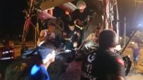 TUR OTOBÜSÜ - Tur Otobüsü İle Tır Çarpıştı Açıklaması 1 Ölü, 11 Yaralı