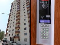 MEHMET TURGUT - Binaya Girenleri Diyafondan Kontrol Ediyormuş