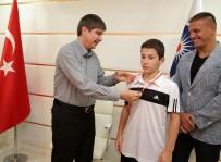 CUMHURİYET ALTINI - Şampiyon Güreşçilere Türel'den Altın