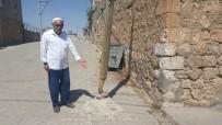 Midyat'ta Telefon Direği Tehlike Saçıyor