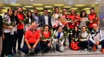 EVLİLİK TEKLİFİ - Şampiyon Güreşçiler İstanbul'a Geldi