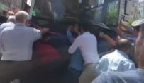 HALK OTOBÜSÜ - Otobüsün Altında Kalan Yaşlı Kadını Vatandaşlar Kurtardı