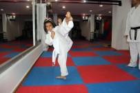 KARATE - Küçük Kız Ailesini Korumak İçin Karate Öğreniyor