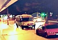 TİCARİ TAKSİ - Taksi kadını böyle ezdi