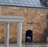 AHİ EVRAN KÜLLİYESİ - Yağmurdan Kaçan Vatandaş Camiye Sığındı