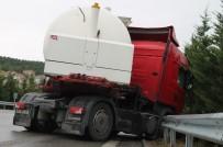 KURUÇEŞME - Makaslayan Tanker Bariyere Girdi