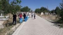 KIŞ MEVSİMİ - Varto'da Kurban Bayramı Öncesi Mezarlık Bakımı