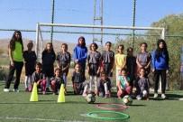 BAYAN FUTBOL TAKIMI - Gürpınarlı Kız Çocukların Futbol İlgisi