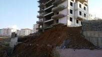 ERTUĞRUL GAZI - İstinat Duvarı Çöktü Açıklaması Çevredeki Binalar Boşaltıldı