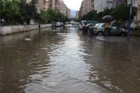 YILDIRIM DÜŞMESİ - Aydın'da Yağış Hayatı Felç Etti Açıklaması 2 Yaralı