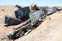Elazığ'da 2 Makinistin Öldüğü Trenin Enkazı Kaldırılıyor