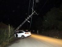 ELEKTRİK DİREĞİ - Otomobil Elektrik Direğine Çarptı