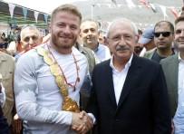FESLIKAN - Kılıçdaroğlu, Başpehlivan Balaban'a Altın Hediye Etti