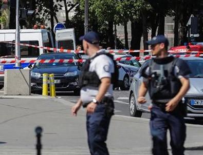 Paris'te bıçaklı saldırı paniği