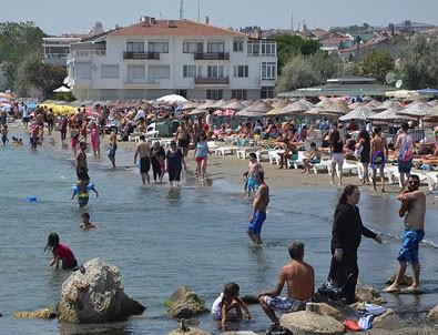 Sıcaktan bunalan İstanbullular denize akın etti