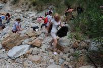 BEĞENDIK - Turist Kafilesi Belediye İşçileriyle Çöp Topladı