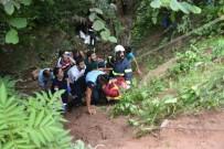 ÖMER KıLıÇ - Fındık İşçilerini Taşıyan Minibüs Şarampole Yuvarlandı Açıklaması 2'Si Ağır 17 Yaralı