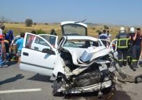 DUMLUPıNAR ÜNIVERSITESI - Kamyondaki Tomruklar Otomobilin Üzerine Devrildi Açıklaması 8 Yaralı