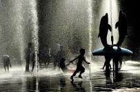 ÇALIŞAN ÇOCUKLAR - Sıcaktan Bunalan Çocuklar Fıskiyelerde Serinledi